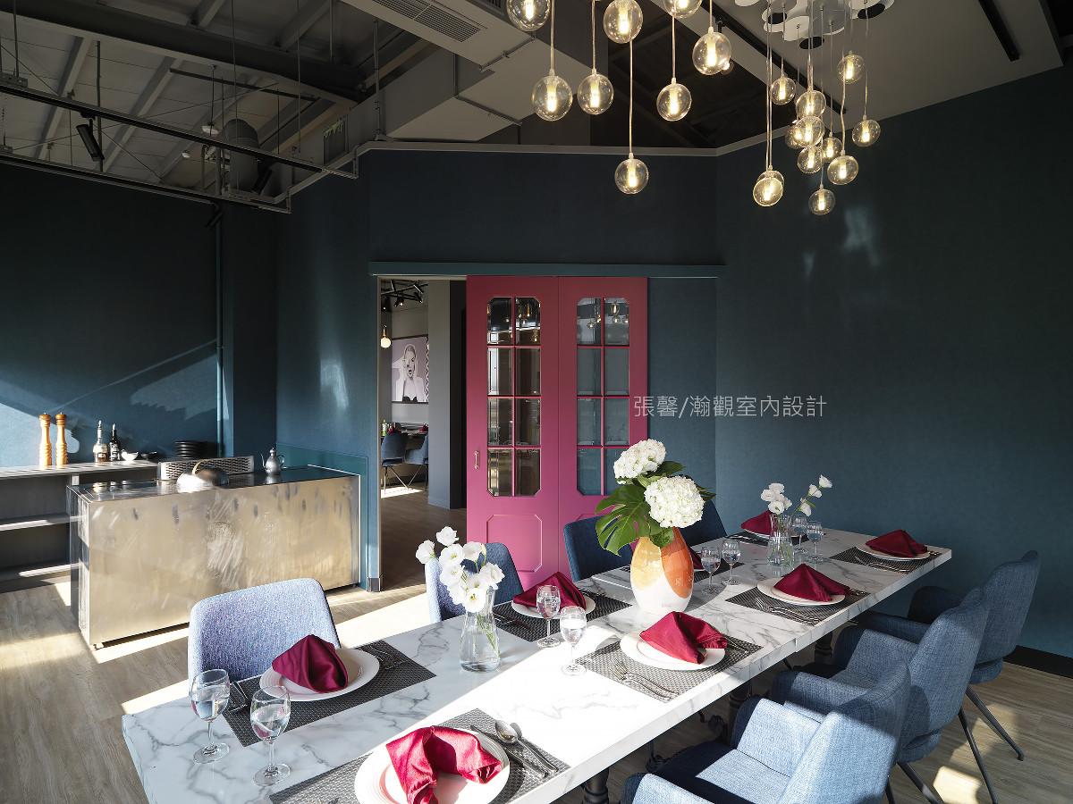 蓝绿色包覆的角落空间,再以对比红色门扇点睛,拥有独立铁板台、隐密空间、两面临窗的光线洒落,满足绝对隐私的安心用餐空间。