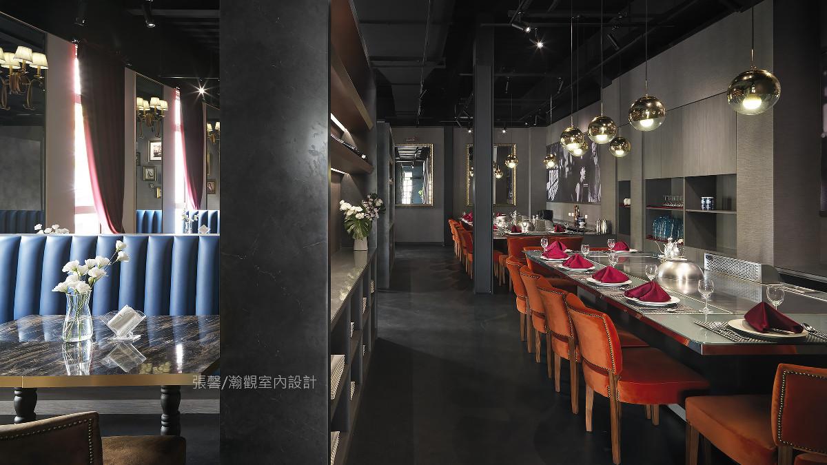 以餐厅名称「红牌铁板烧」为空间色彩发想,运用浓厚蓝与绒布橘区分座位区,也突破传统,除了铁板台座位区外,还设置卡座区,不管想是欣赏师傅展现手艺或是想保有隐私空间,都能获得满足。