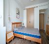 绿意丛生的挂画,配以禅意十足的吊灯,搭配木制格栅的床,中式的韵味在这一刻飘满了这个小小的房间。 雅亦温润,返璞归真。
