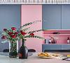 用餐想要舒适又有颜值,储物功能不可或缺。餐厅另一边是到顶的定制柜,粉色与深灰色相间,流畅的线条设计没有任何多余的装饰,十分高级。