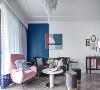 深灰色环抱式主沙发、粉色优雅单椅、墨绿色和灰色的落地款沙发凳……柔和的线条,细腻的质感,天鹅绒的高贵典雅为空间增添几分柔软和轻奢感,让人不由自主地沉溺其间。