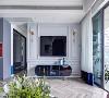 电视墙采用法式轻奢风格特有的几何设计元素,通过PU线条的剪裁,打造方正的矩形和疏密有致的线性框架,立体的质感也成就了视觉拉锯,增加了电视墙的艺术氛围。