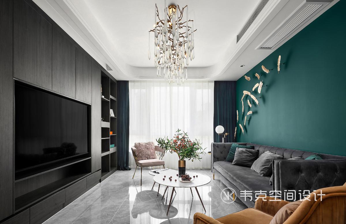 整个设计为打造一种简洁、优雅的居住空间,利用十分具有包容性的灰白色作为空间的基底,加入一抹绿色作为点缀色,让整个空间大气中又带有柔和,低调中又带有奢华!