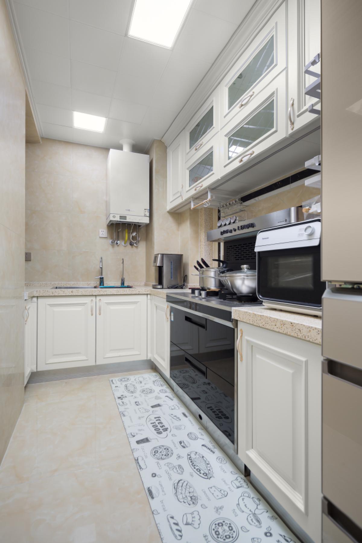 厨房以浅色为主,简洁、实用。