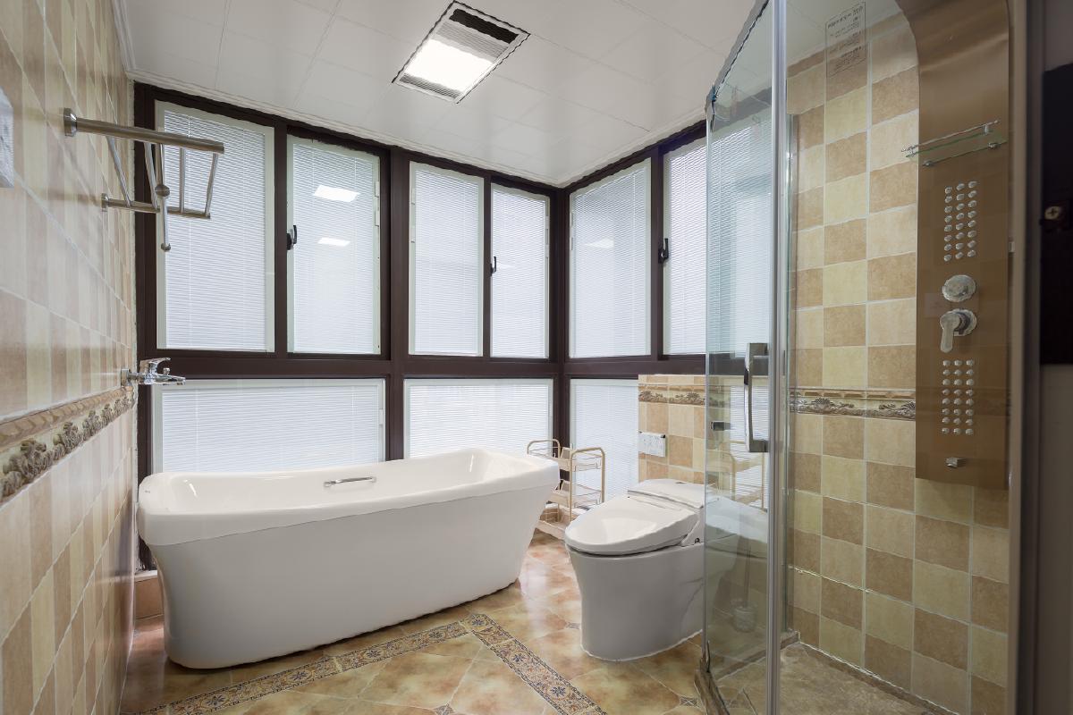 将其中一阳台和原有卫生间做成含浴缸、淋浴、洗漱的大卫生间。