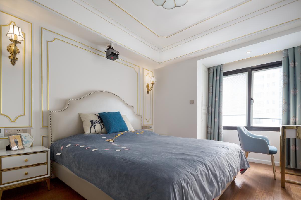 打掉飘窗,扩大主卧空间。优雅的壁灯,柔和的灯光点亮局部空间,使整个主卧显得优雅而静谧。