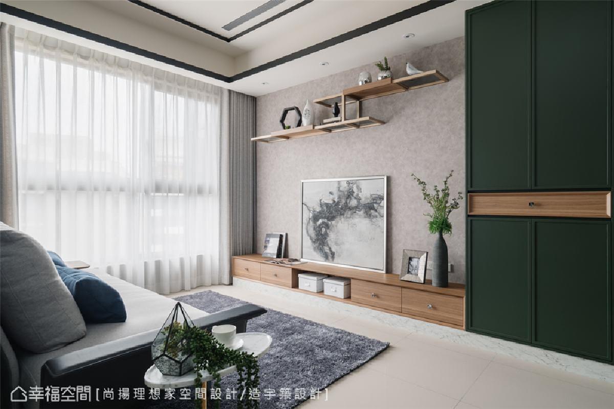 电视墙设计 仿特殊漆壁纸衬底的电视墙,搭配玫瑰金色铁件结合木作及玻璃层板,与木纹收纳柜,质朴材质勾勒温暖的美式温度。