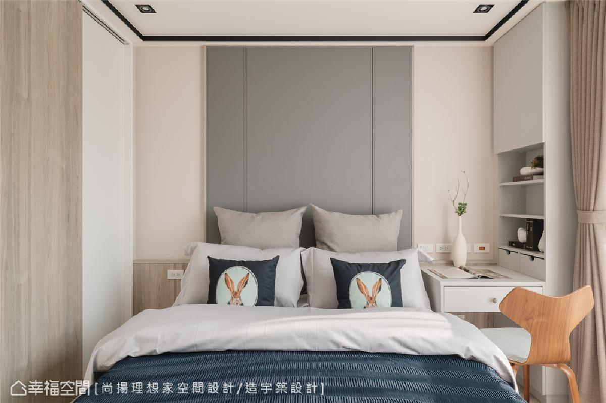 线性分割设计 主卧灰蓝皮革床头板采线性分割设计语汇,包覆假柱,创造机能收纳的灵活空间。
