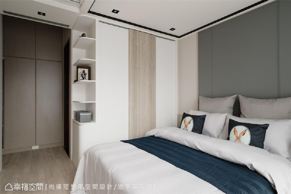 多样化收纳机能 主卧配置白+灰木纹拉门衣柜,入门一侧也规划了顶天式柜体,提供足量的收纳机能。