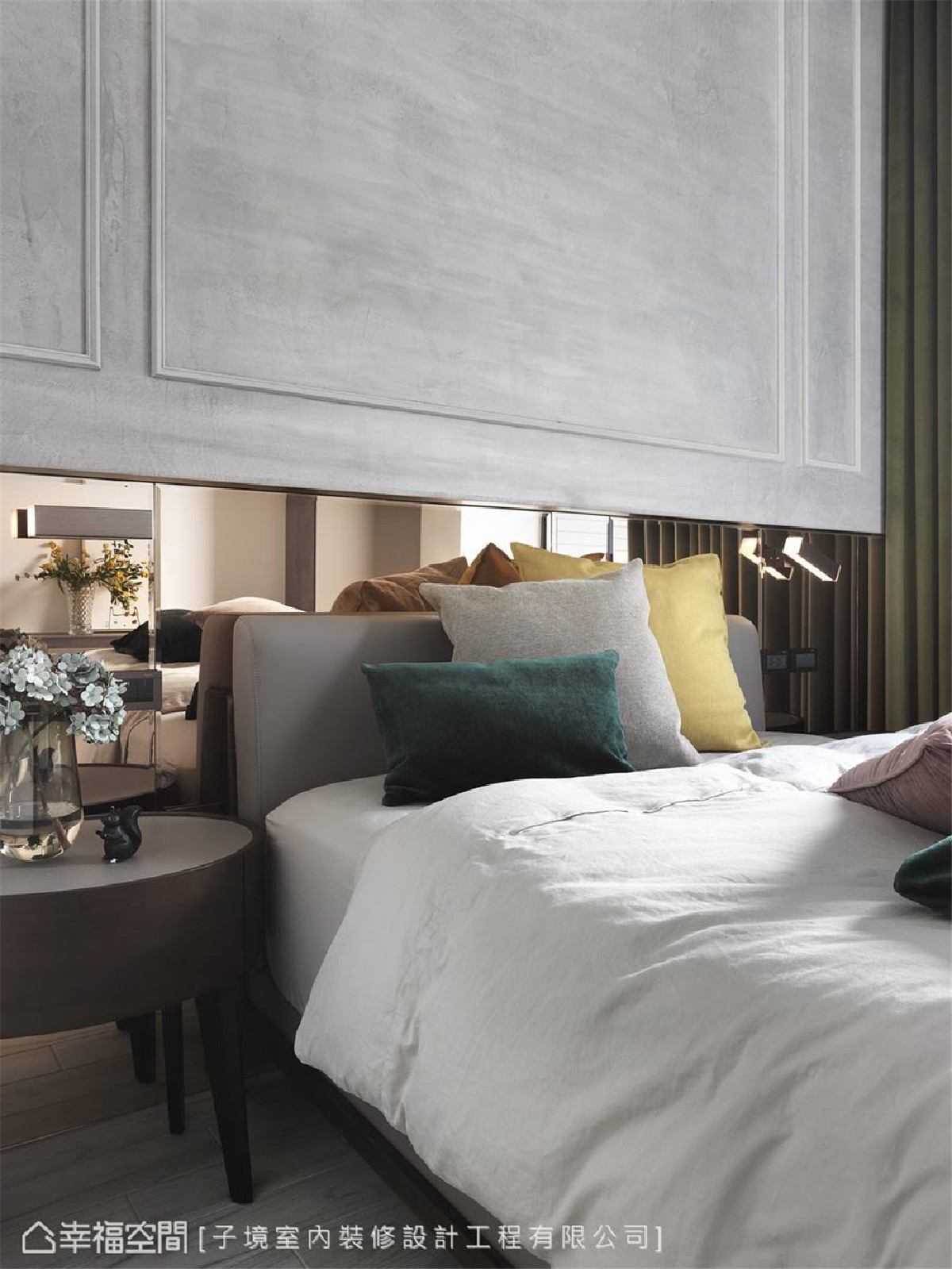 对比美感 床头使用仿旧质感的古典线板搭配亮洁镜面,反衬出古今交织的对比美感。