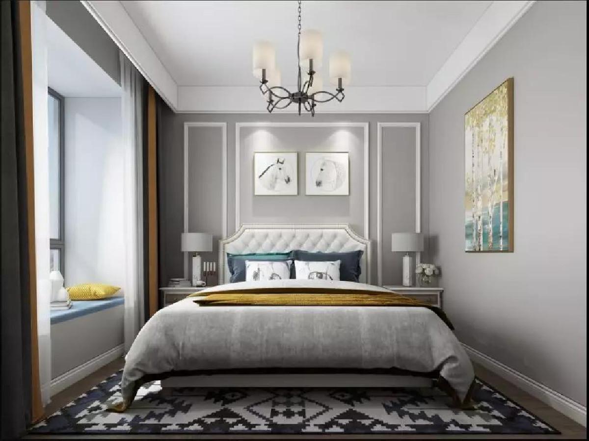 床头背景墙也是边框造型,一张带有软质靠背的实木床,两侧摆上对称的床头柜,还有素雅的床品,呈现了一个温馨端庄雅致的卧室。