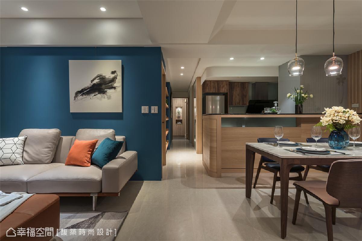 廊道端景 廊道底端的寝卧区,汤镇安设计师规划了一处端景柜,烘托雅致艺文气息。