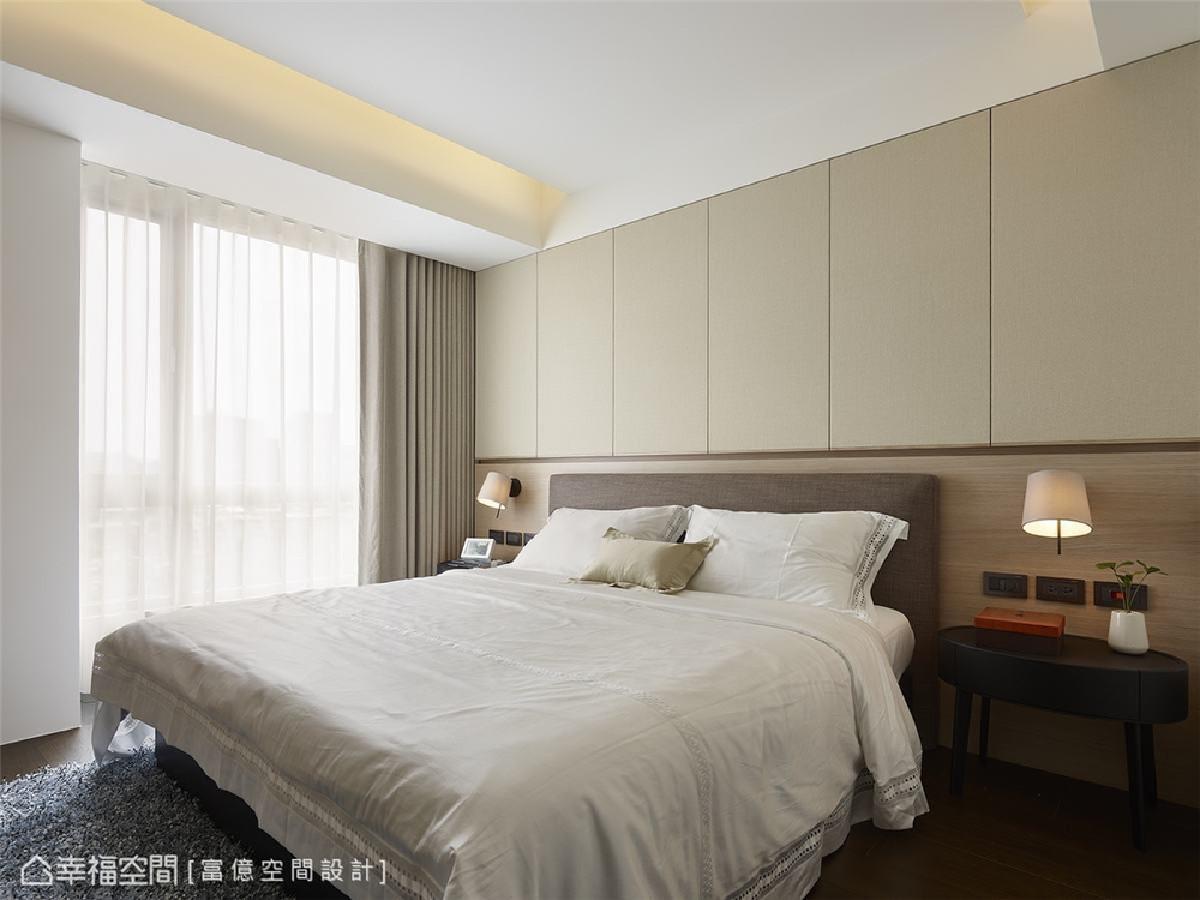 静谧寝卧氛围 温润的米白色混搭木材质,辅以柔和间接光源映照,形塑暖心与舒适的寝卧氛围。