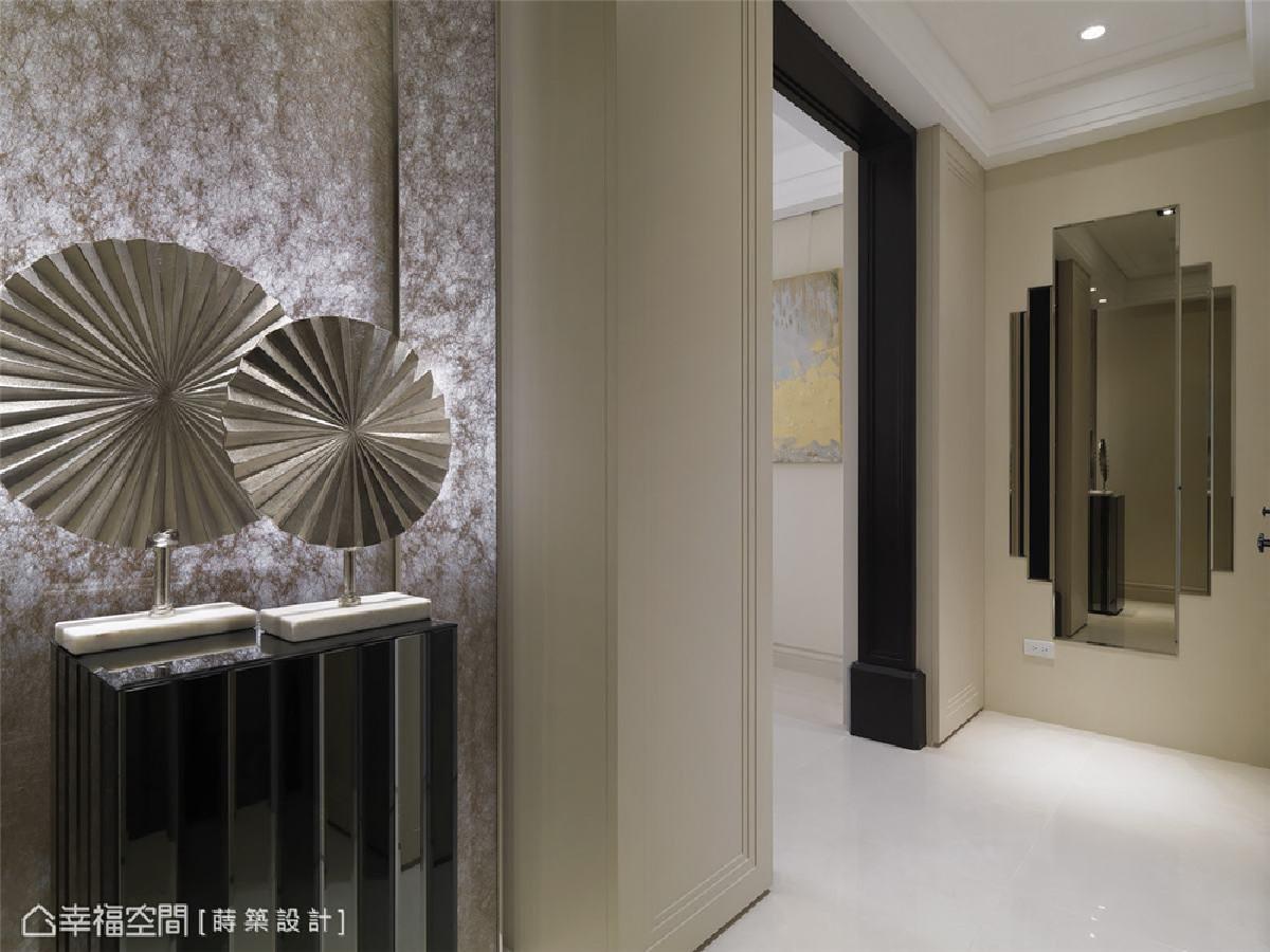 古典时尚 金丝玻璃隔屏与不规则造型镜面,搭配大气黑色线板边框,一入门即揭开了精彩的序幕。