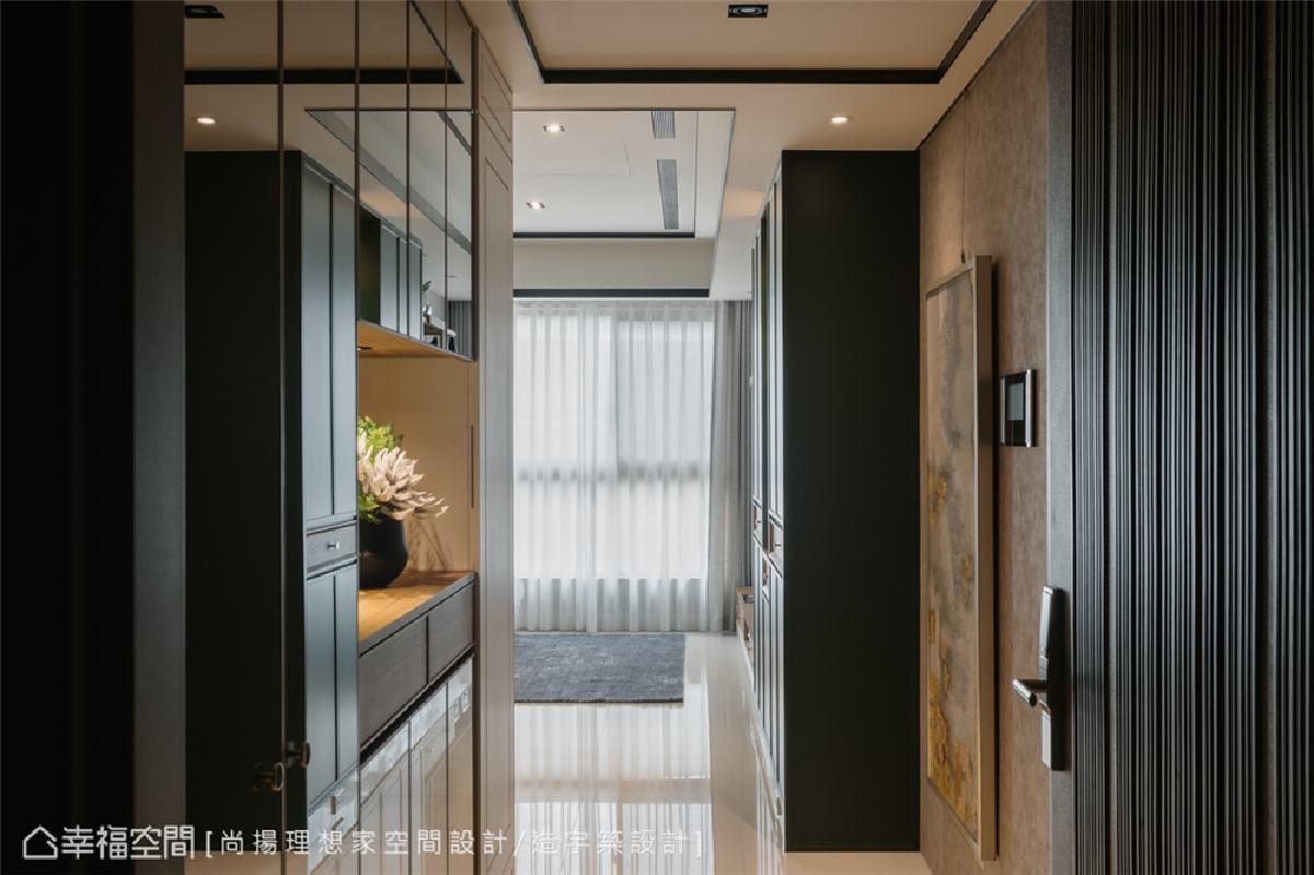 玄关 运用灰镜铺排单边鞋柜,甫入门就随即感受空间放大的效果。