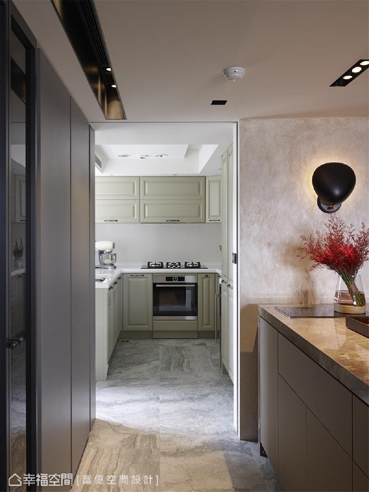 法式乡村风厨房 专为爱烹饪的女屋主所设计的厨房,透过自然稻草黄绿色厨柜,围塑法式古典的温馨气息。