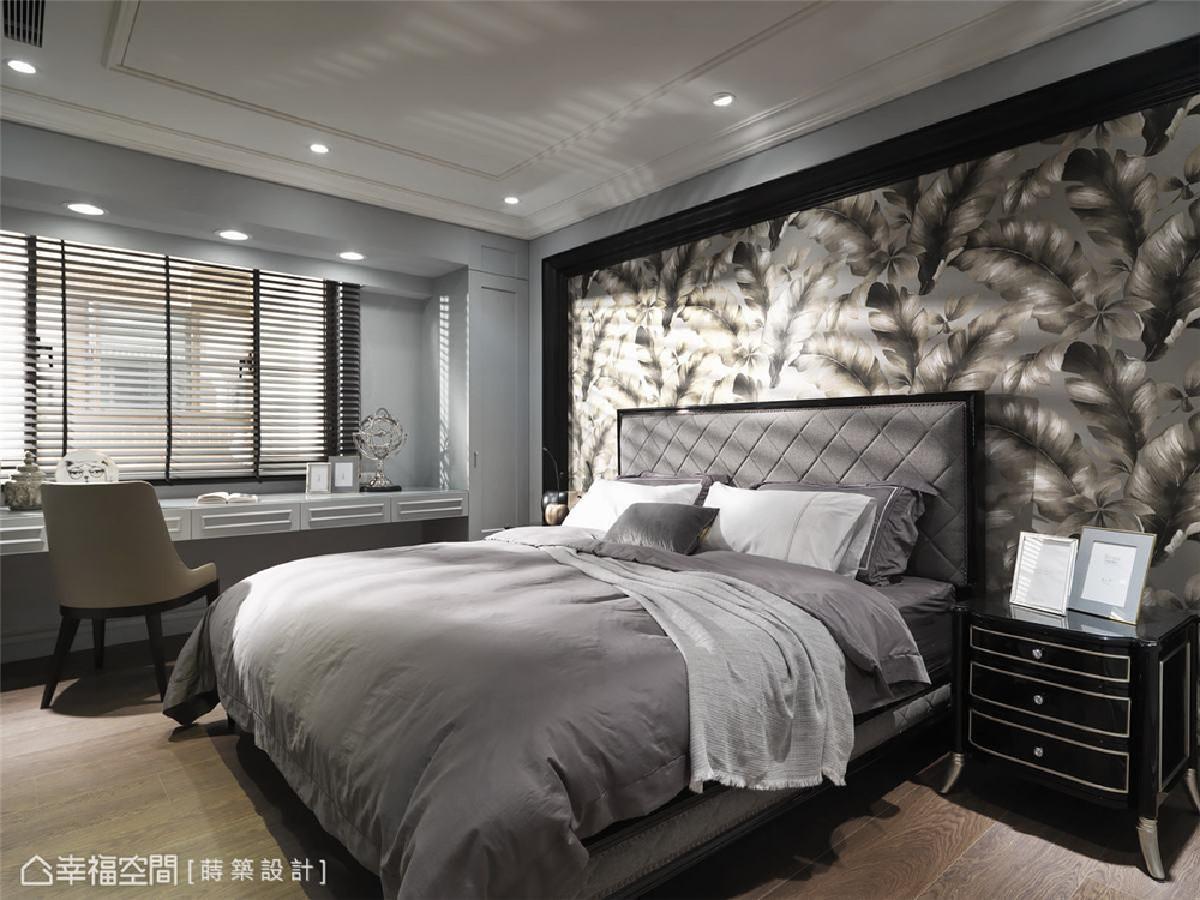 次卧(一) 闪耀着金属光泽壁纸纹路为卧房带来了贵族的气质,壁纸纹路会随着光线的照射而有不同的明暗变化。