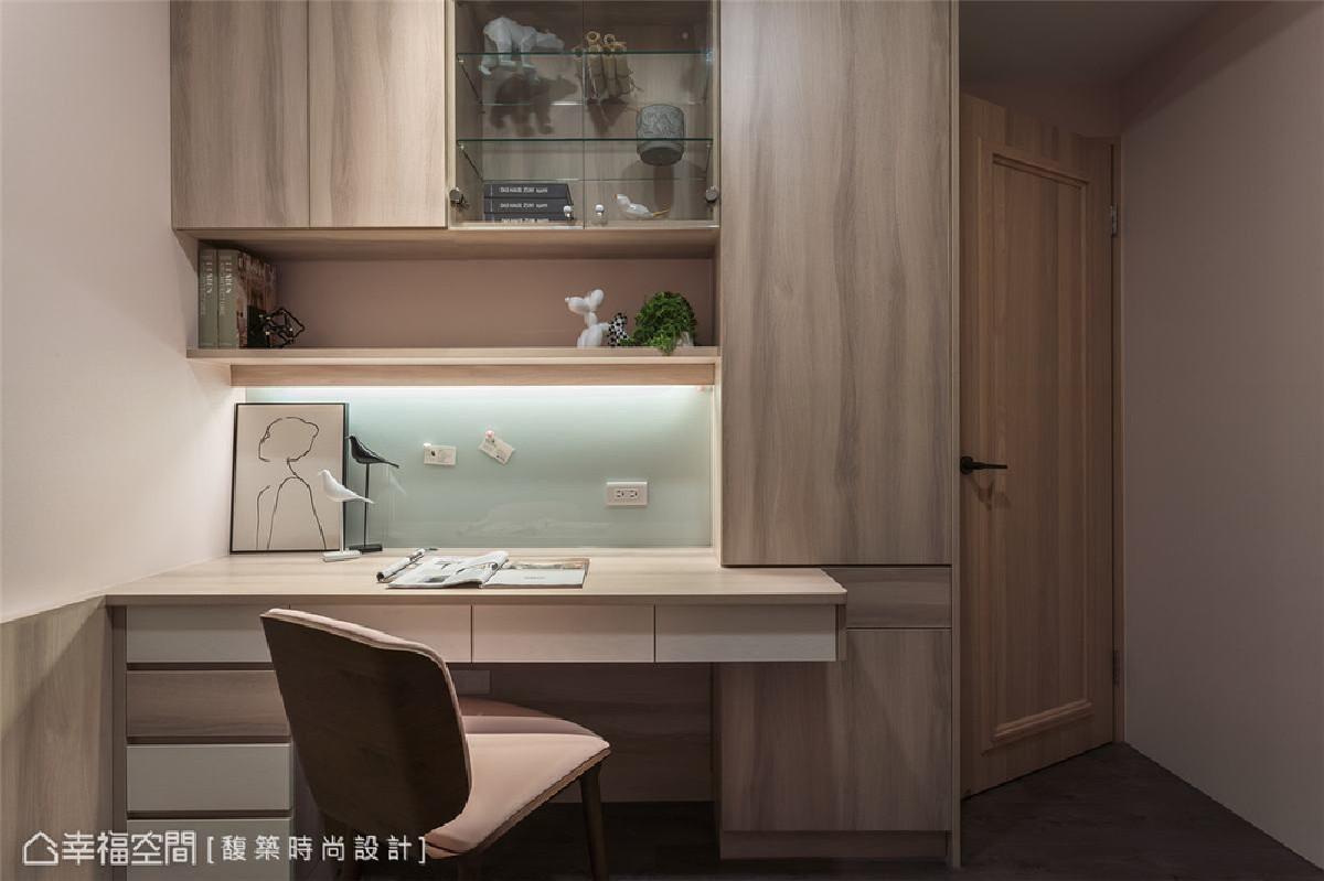 小孩房(二) 轻浅漆色搭配温润木质书桌柜体与墙面侧板,营造空间的轻松舒适调性。