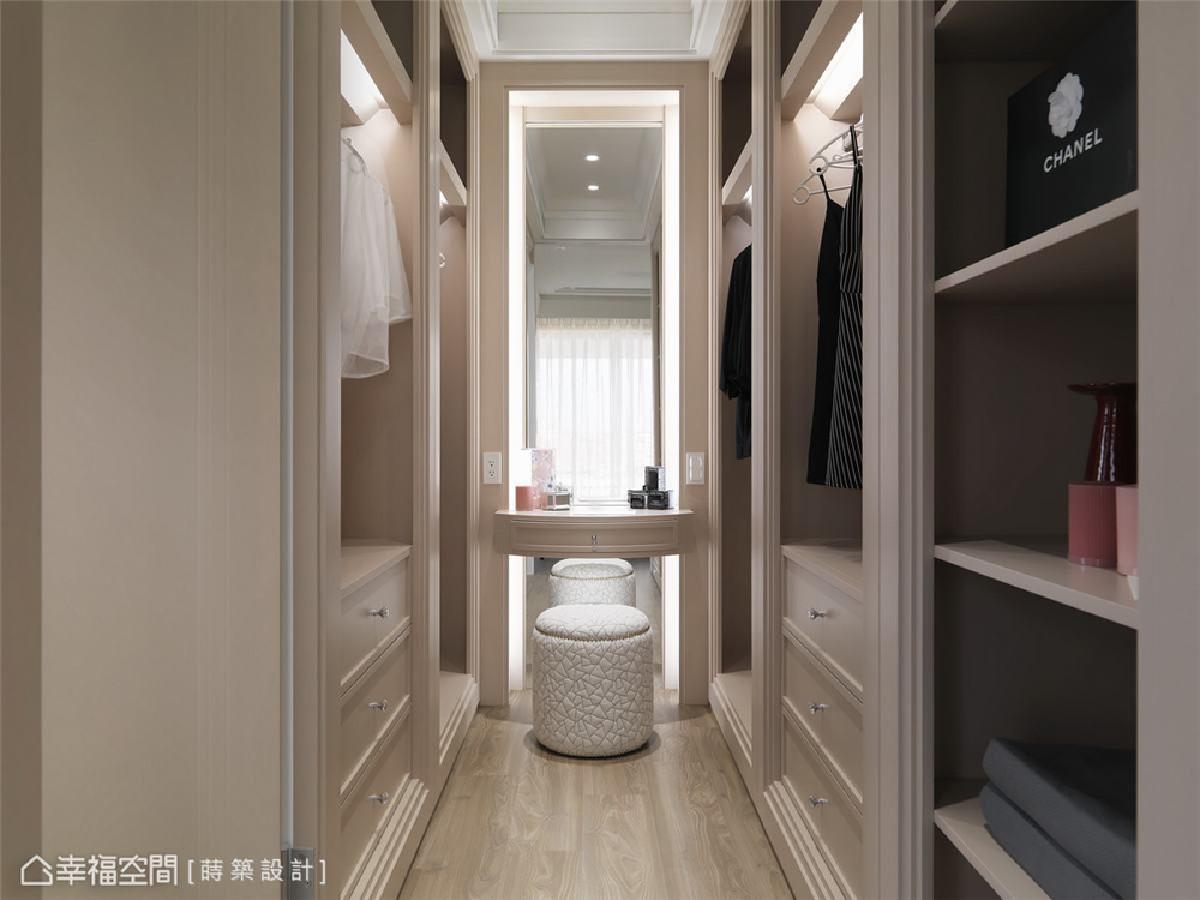 机能完善 更衣室的梳妆台搭配了从天花板延伸至地面的长镜,方便主人整理服装仪容。
