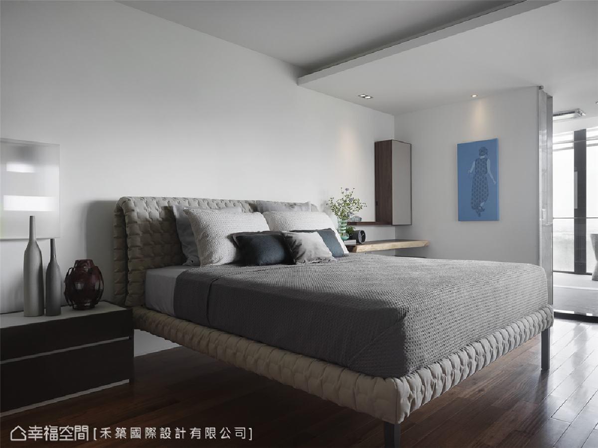 主卧室 卧房亦采用木质元素围塑轻松自适的休闲感。床边则以实木作为化妆台,并设计轻巧的隐藏镜面完善机能性。