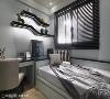 次卧 以卧铺形式规划了单人床,并以黑灰色系演绎中性风格,透过不规则的流线层板柜,增加空间的律动感。