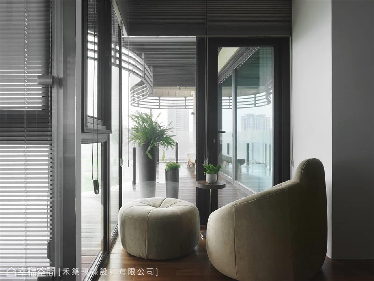 良好的视觉互动性 主卧房的休憩区视觉互动性极佳,当屋主在房内歇息时,也可注意到家人的现况,产生互相陪伴的安全感。