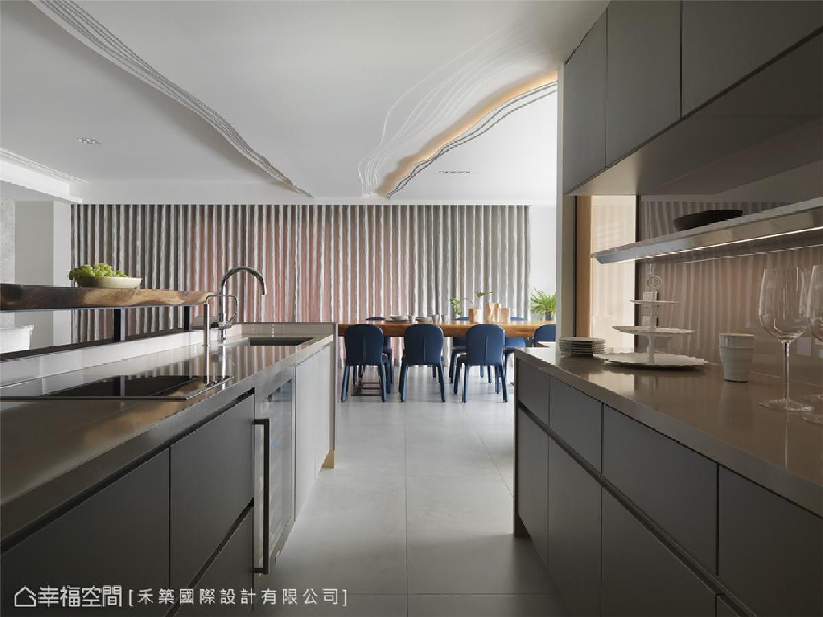 厨房 一应俱全的设备及宽敞的走道,让使用者在烹调时也能轻松与家人互动,创造美好生活的记忆。