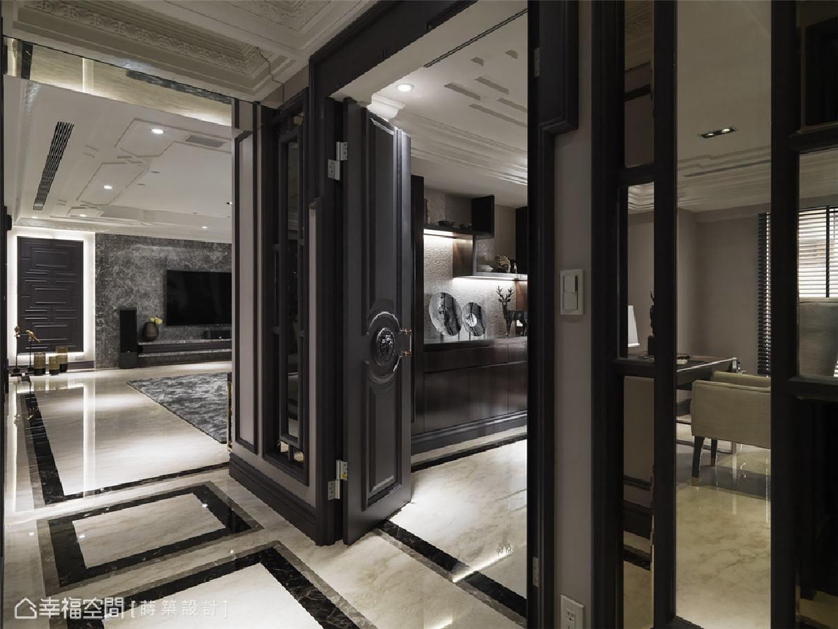 廊道 从书房廊道望向客厅端景,朱皇莳设计师利用线板营造了端景墙,作为主人艺术搜藏品的展示处。