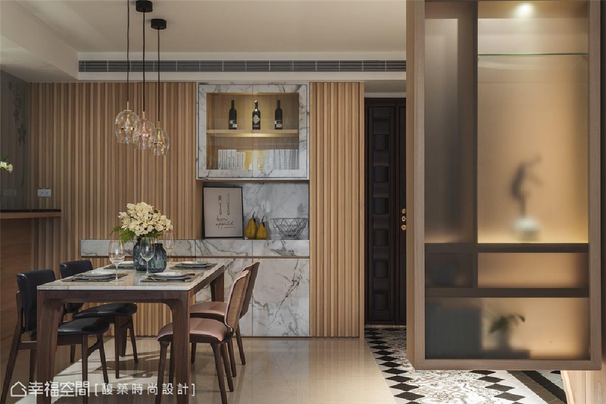 餐厅 大理石纹美耐板与木格栅交织简约餐厨柜,展示柜上方还规划佛龛区,丰富整体收纳与生活所需的机能。