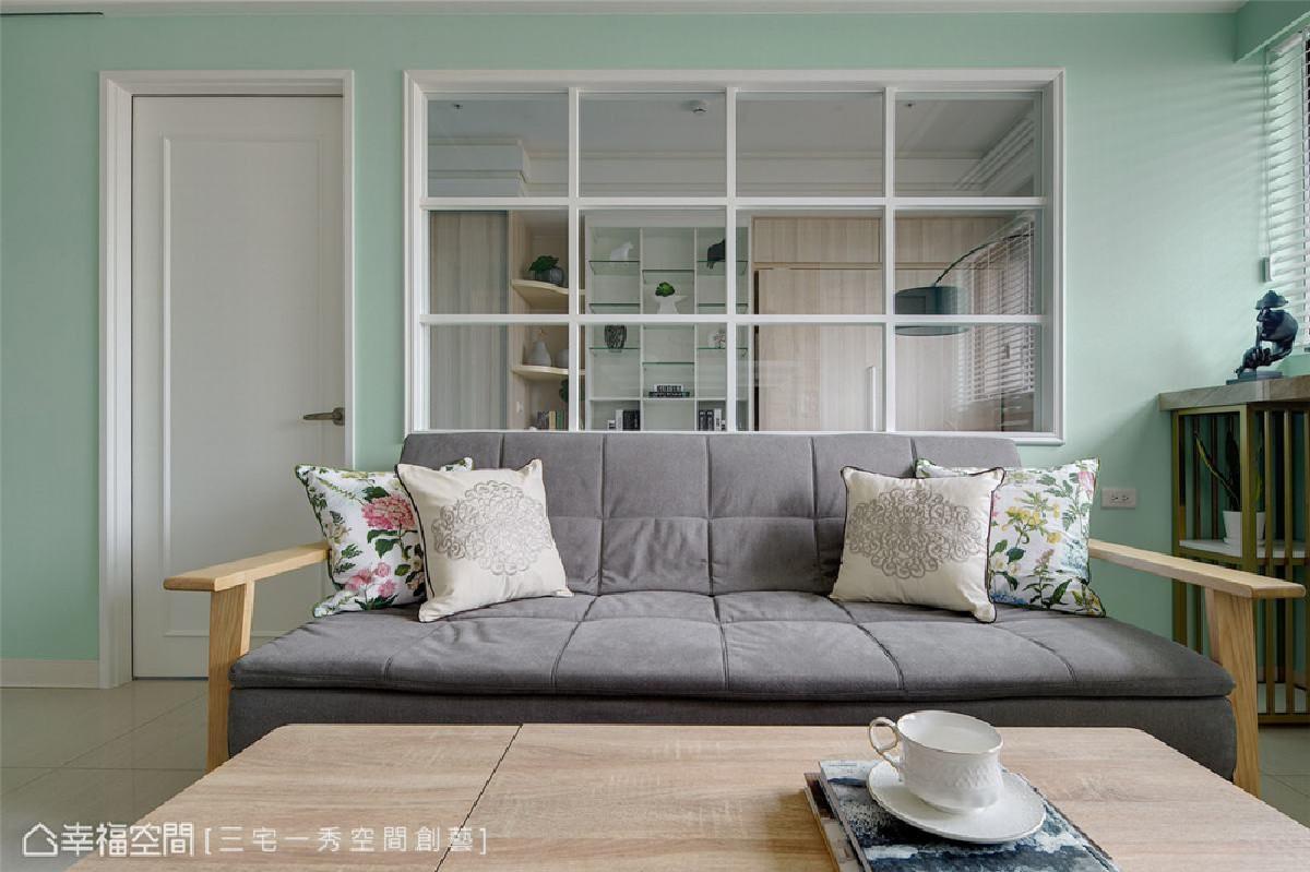 打通空间视觉 在客厅及书房的隔间墙上设计大面窗櫺,创造流动无拘束的通透感。