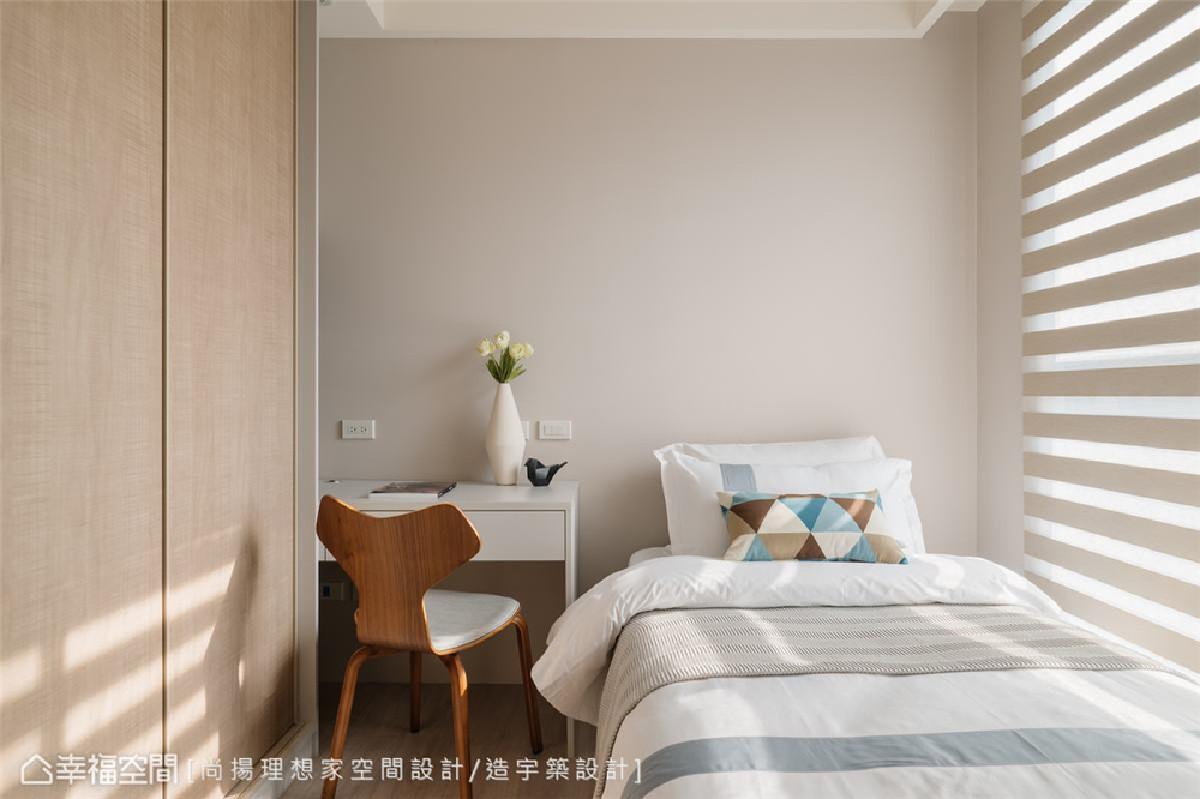 次卧空间 考虑未来将次卧作为小孩房,陈元旻设计师以藤色漆铺叙墙面,带出温暖空间调性。