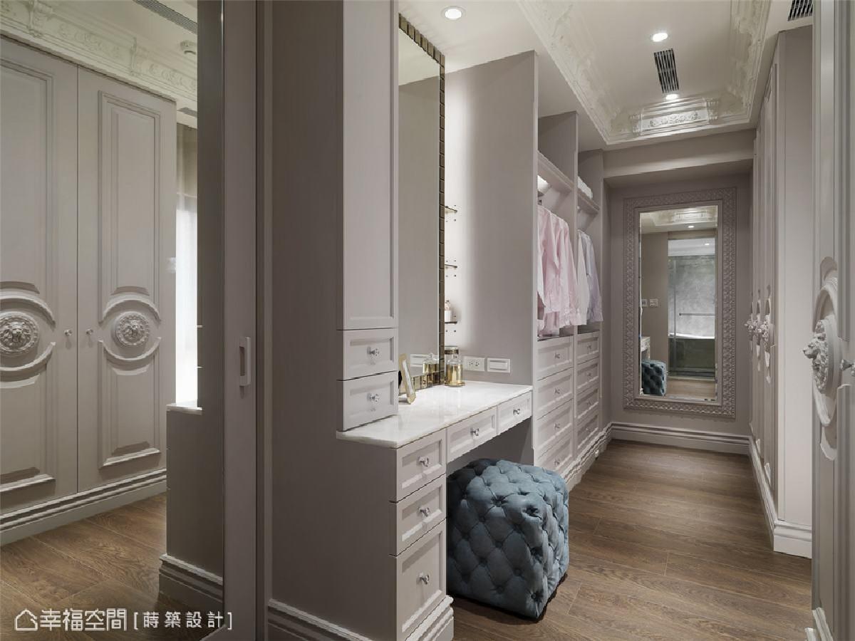 更衣室 古典奢华风格延续至更衣室,线板的大量运用,以及门片上的狮子图腾,小细节中都藏着屋主对于美感的要求及品味。