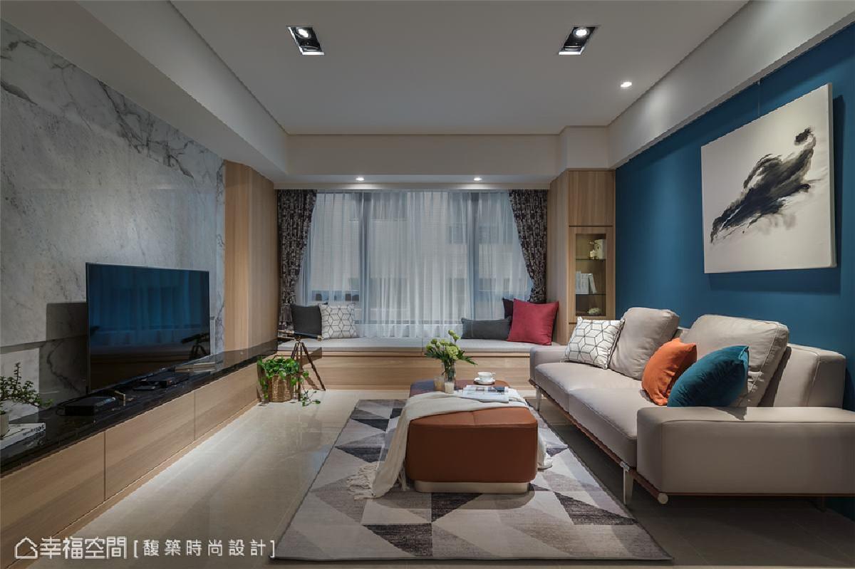 客厅 贯穿休闲宅的设计主轴,设计师特别选用温润木质设计语汇,铺叙温感色系,缀以鲜明的普鲁士蓝,砌筑出舒活休闲的宅空间。