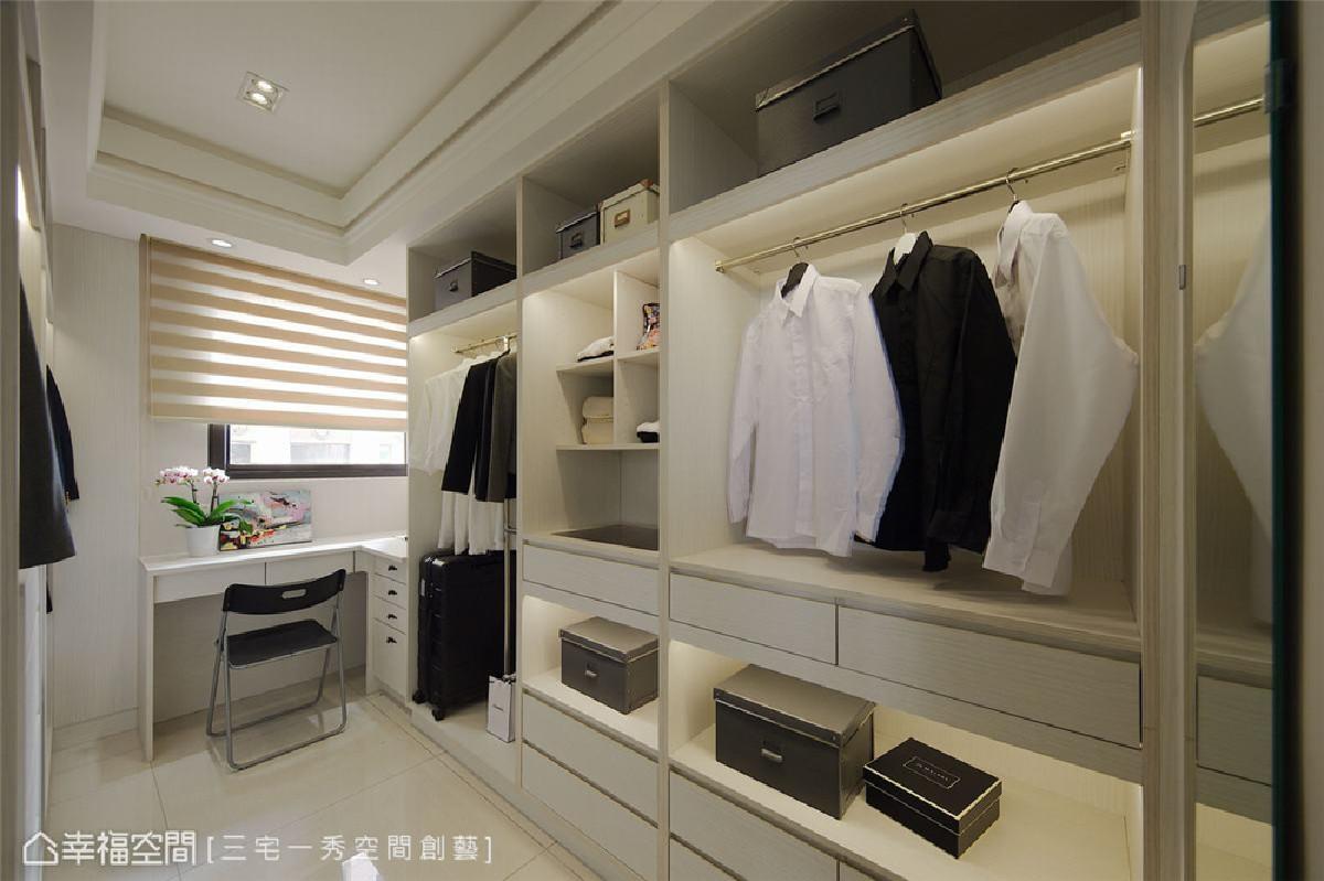 更衣室 除了依据屋主需求量身打造的多元收纳柜体,还将转角空间改造成梳妆台,充分利用空间。