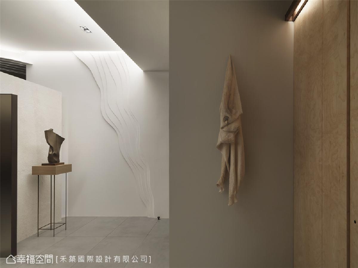 木头衣服雕塑 看似柔软的衣物,实则为东欧艺术家描摹衣物甩出的状态,运用木头雕塑而成,展现著出人意表的艺术张力。