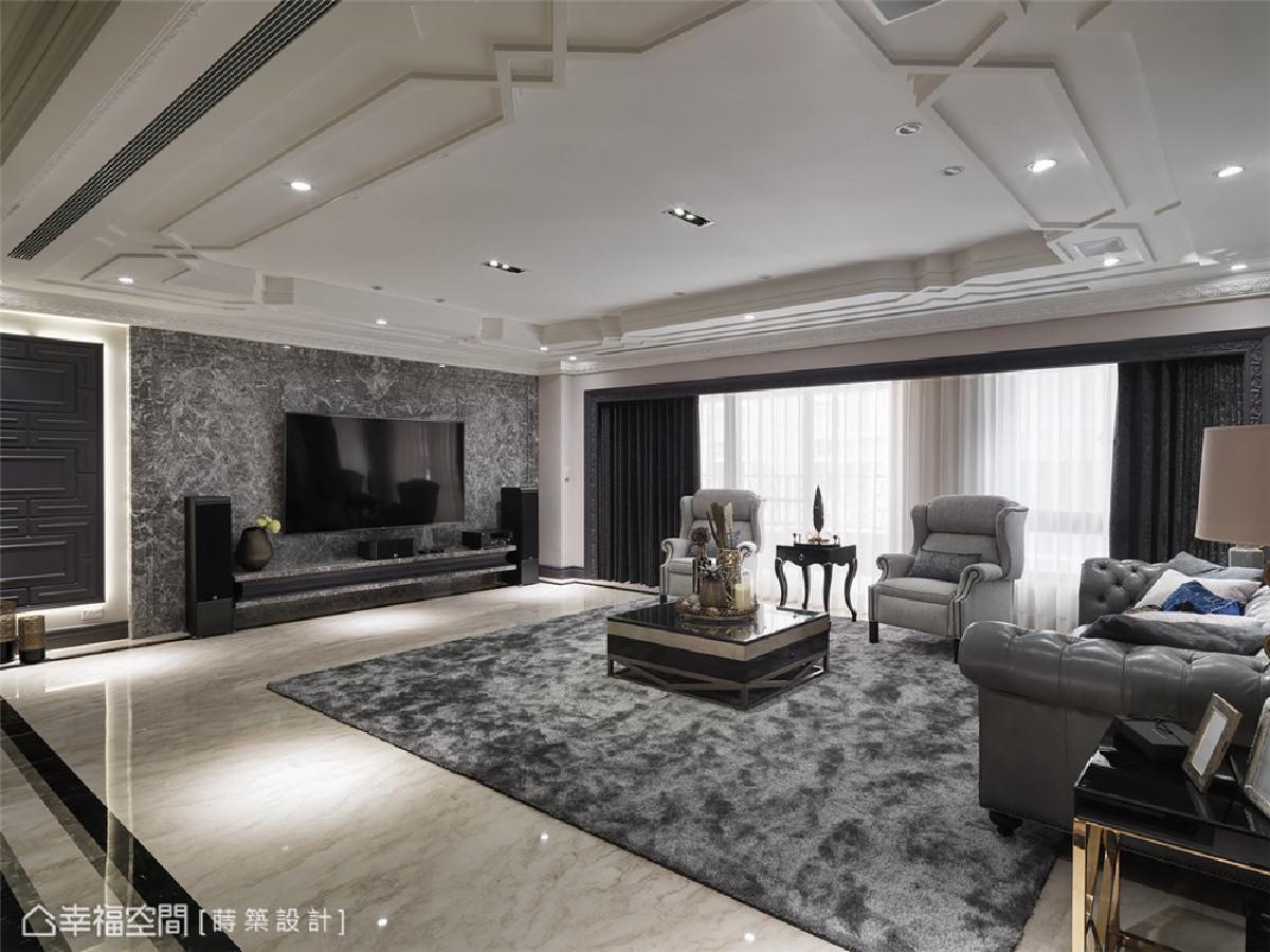 大理石电视墙 低彩度的灰网大理石电视墙与长毛地毯及灰色皮革沙发,衬托出天花板上的立体层次。