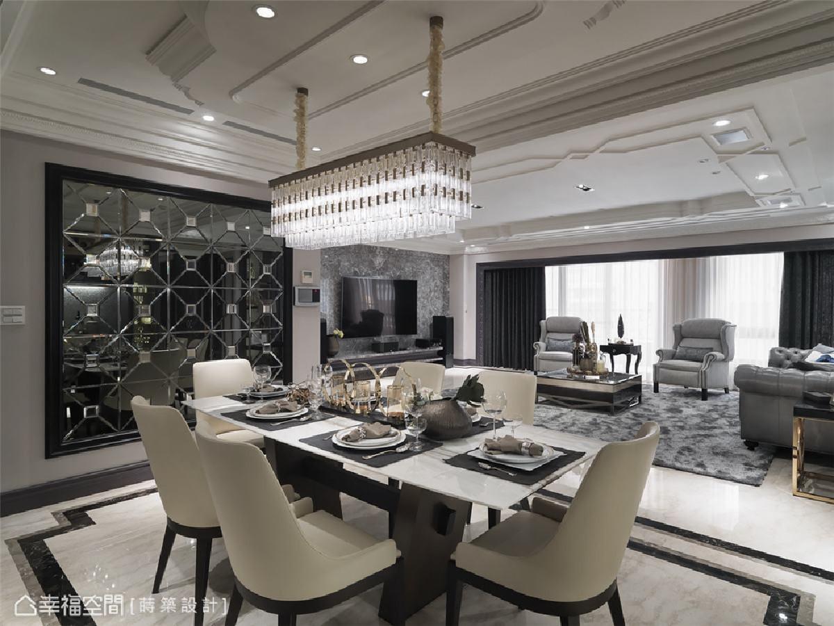 钻石镜面 餐厅空间以几何线条切割出如钻石镜面般的光彩熠熠,大理石餐桌上与水晶餐吊灯相呼应,渲染出优雅氛围。