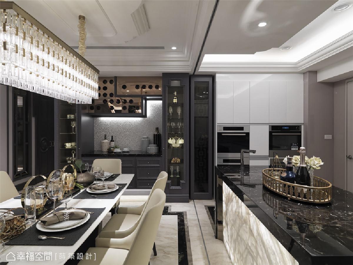 厨房 黑色大理石中岛台面闪耀着自然光泽,立面透光的白玉髓玉石,随着灯光的投影展现出艺术品般的细腻纹路,宛若六星级饭店的极致品味。