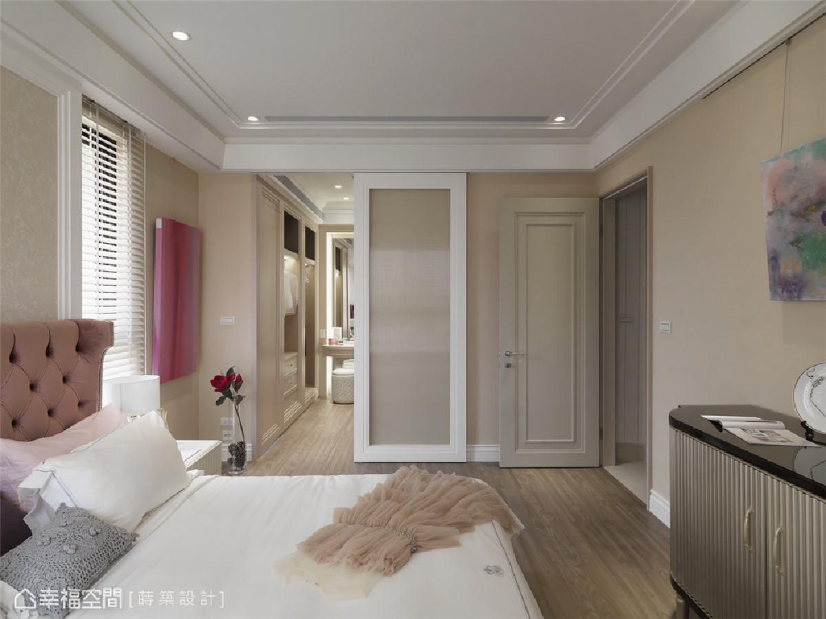 更衣室 通透明亮的主卧房内选用具透光性的长虹玻璃滑门围塑出更衣室,俐落又不失优雅。