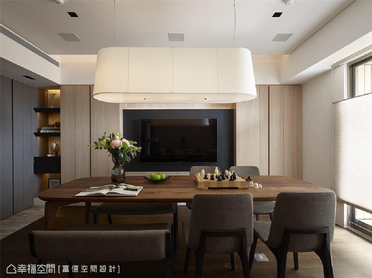 机能电视墙 揉合美型设计与机能收纳,浅木纹电视柜两侧配置储物空间,满足一家四口收纳需求。