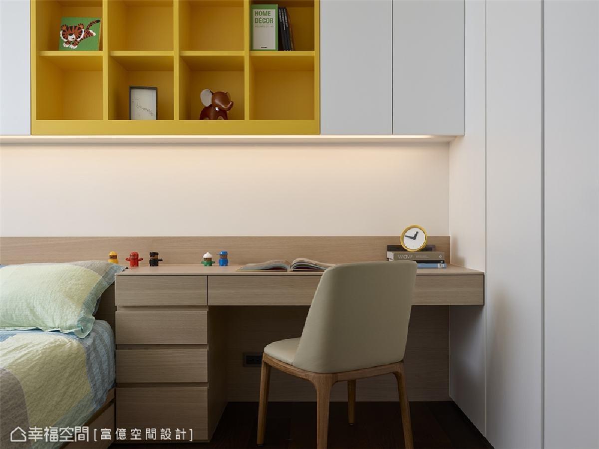 男孩房 陈锦树设计师运用鲜明黄色格子吊柜,为质朴的白×木空间增添活泼朝气。