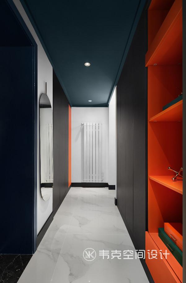 为了能够真正满足业主的生活需求,本案格局改动较大,在经过挖掘、重构一系列设计之后,新建墙体以划分区域,形成以楼梯为中心的环式动线,增加了各个功能空间之间的互动与连接性。