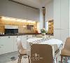 开放厨房的改造,形成与餐厅的交错空间。这个想法被启用后,莹之最大的满足就是,以后一家四口的交流会变得更多。