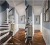 楼梯过道  深色木质楼梯、艺术品及亮灿金属,自成一隅充满人文气韵的艺术角落。