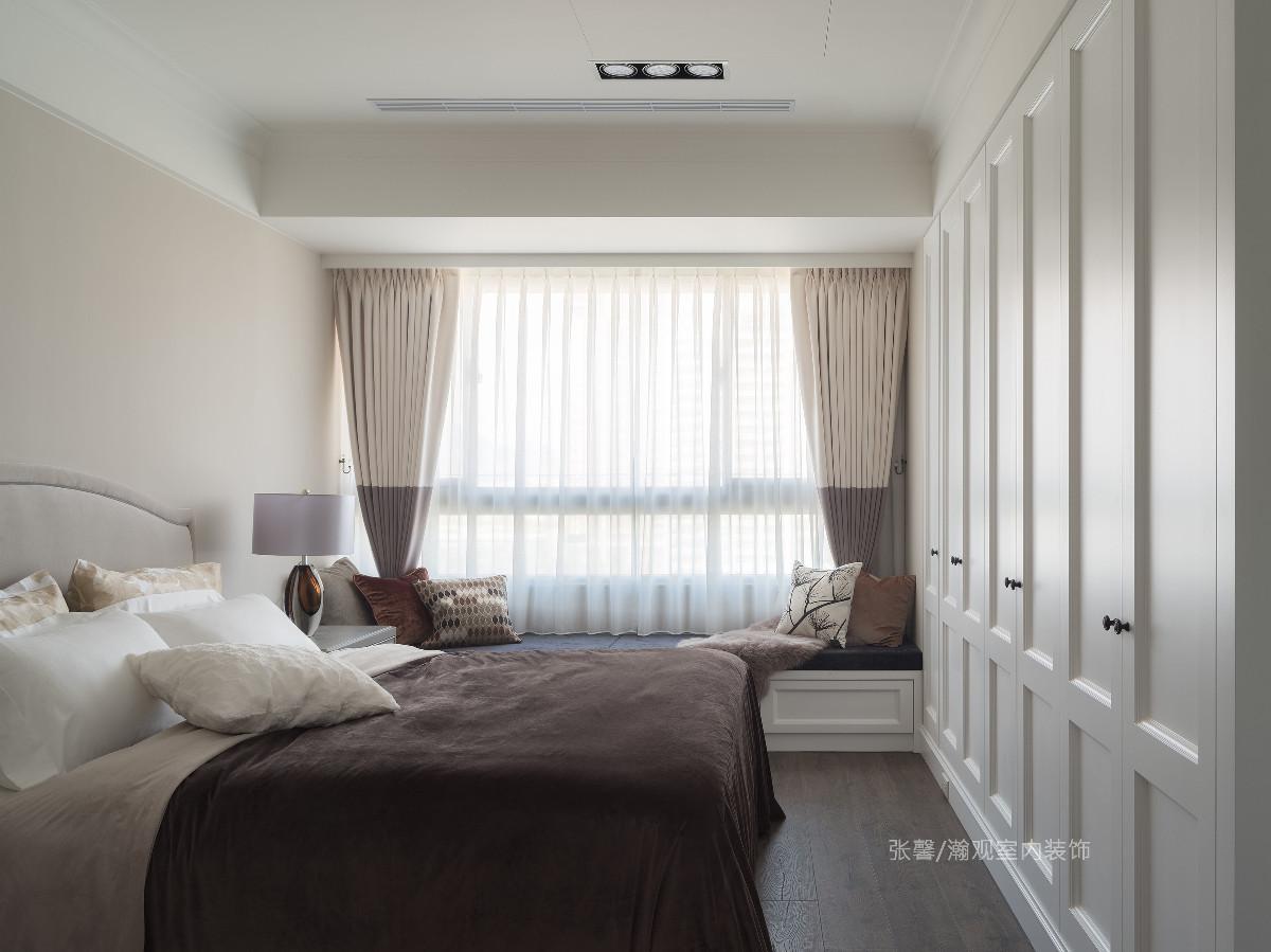 为让屋主能充分放松,加大卧房尺度,有着完整的休憩空间。以耐看的柔和色系为基底,运用双色窗帘弱化窗框横线的突兀,局部选用中间色驼色,奠定视觉舒服的色调,也使男屋主待得舒适不别扭。