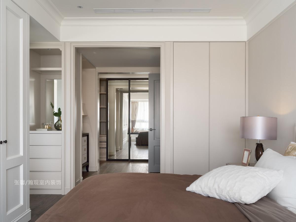 跳脱以往常用的独立更衣空间,这次将更衣室连通睡眠区,空间不缩减、局限,衣柜门扉直接装设镜面,是门片也是全身镜,充分发挥机能。