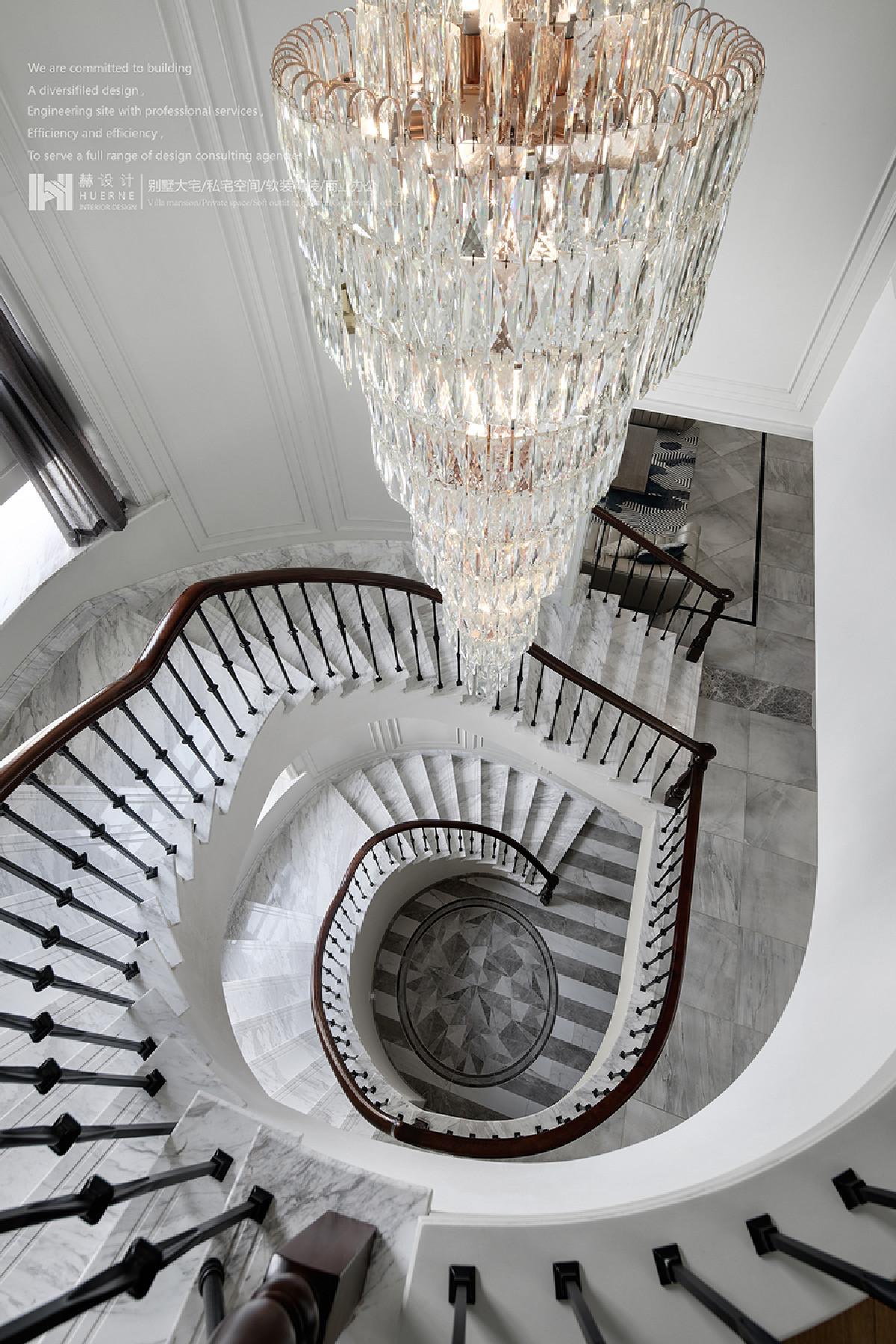 弧形楼梯,延绵而上,串联着三层空间,承上启下,极有张力,木色配合着皎洁的白色,水晶灯饰、灰色纱帘,推动着进程,使其彰显出恢弘大气之意。