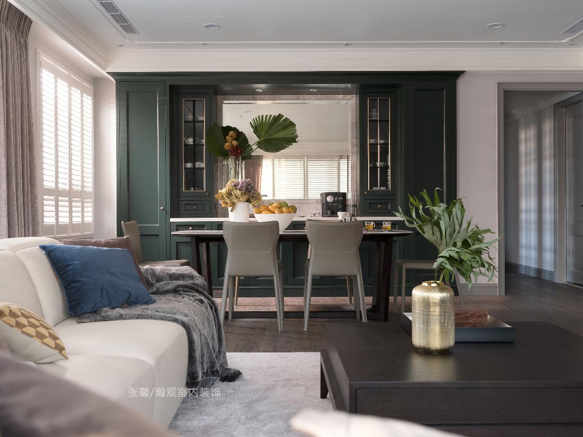 有别于客厅的柔和色彩,以墨绿色餐柜点睛,刻意区分出空间机能。备有平台轻食区,让早晨的备餐显得更加轻松、不沾染油烟。