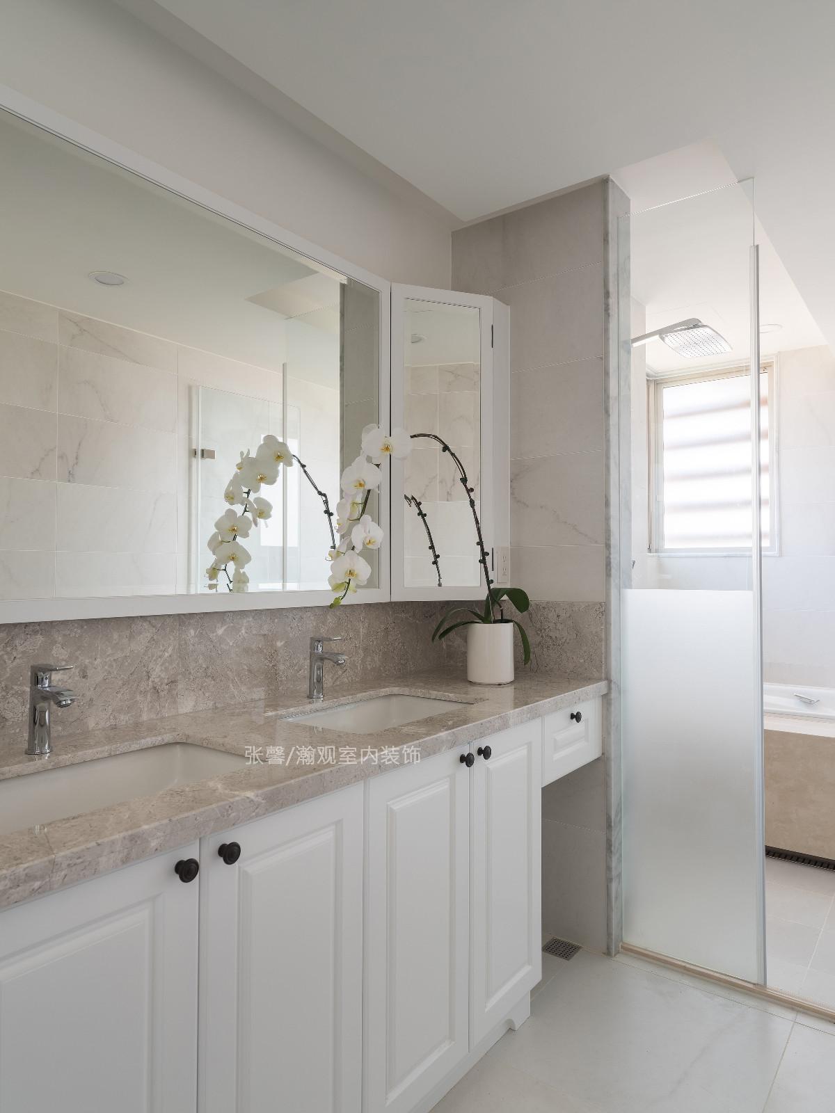 卫浴空间以白色为主,增设斜角镜柜及下方柜体,满足收纳机能,而特意备有两个洗手槽,方便屋主夫妻同时梳洗,不浪费时间等待。