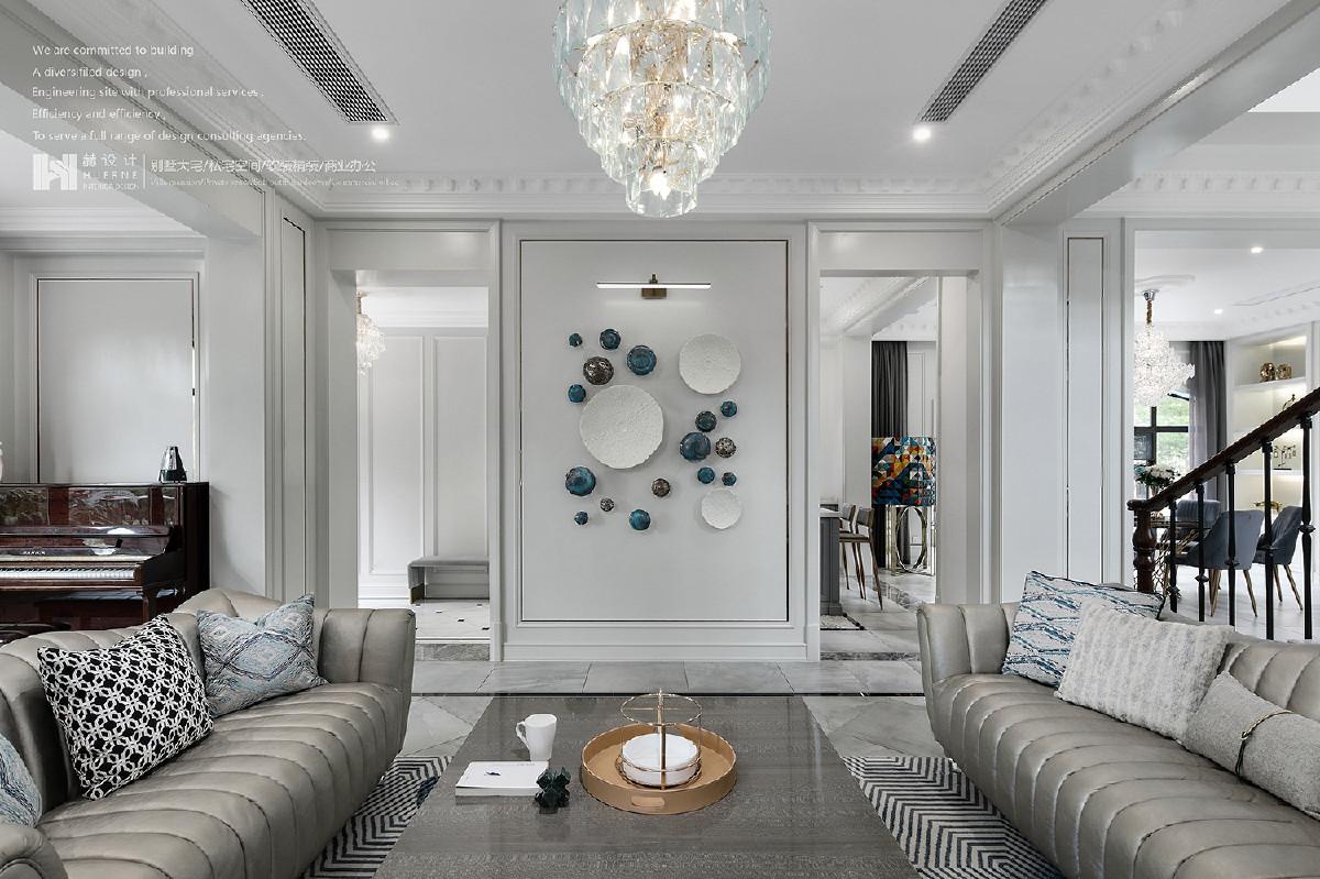 哑白色陶瓷凸点挂盘,蓝、金两色蘑菇墙挂,仿若由整体投射的局部缩影,被圈点于框内,与之和谐呼应,在一束光温暖下,绽放生命力